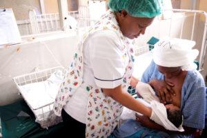 Mãe amamentando um bebé